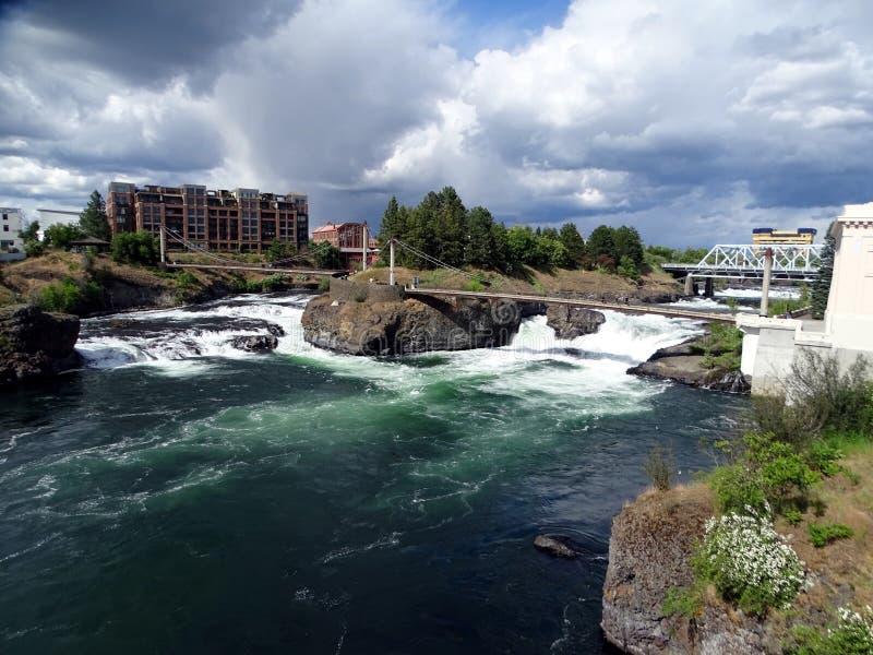 Twee voet bruggen die de rivier in centraal Spokane kruisen royalty-vrije stock afbeeldingen