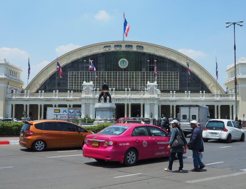 Twee voetgangers kruisen een straat voor de spoorweg van Bangkok royalty-vrije stock foto