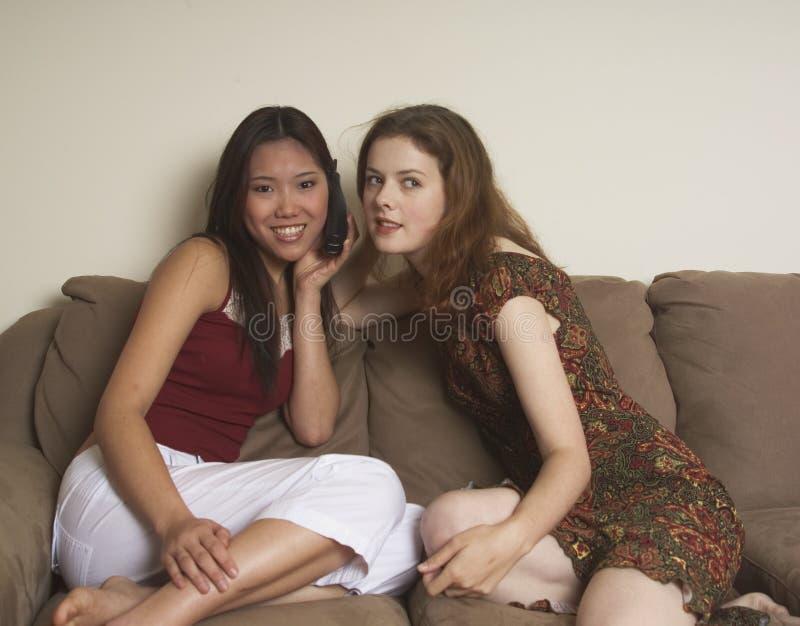 Download Twee Vrienden Delen Een Telefoon Stock Foto - Afbeelding bestaande uit telefoon, luister: 283394
