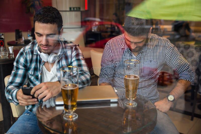 Twee vrienden die bij de koffie zitten royalty-vrije stock foto's