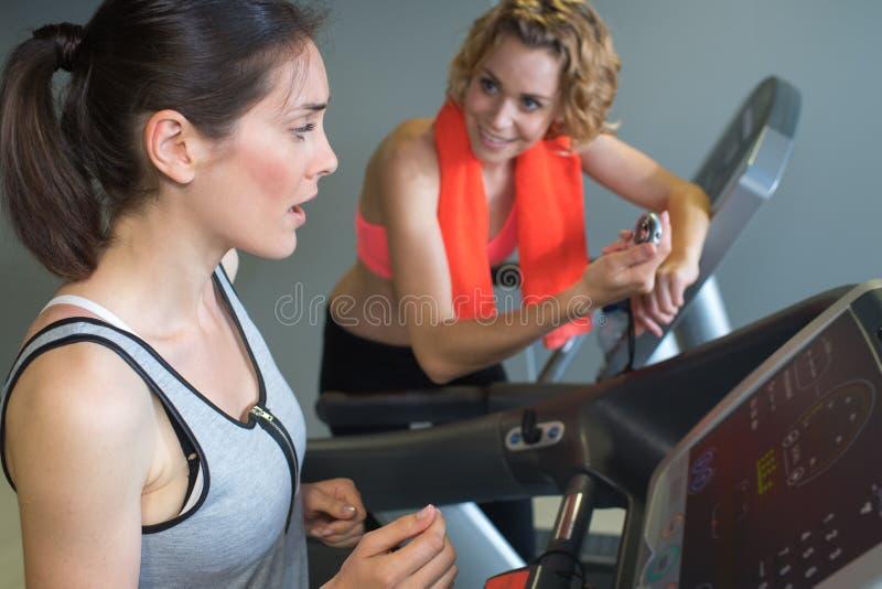 Twee vrienden die bij gymnastiek op machines uitoefenen royalty-vrije stock foto