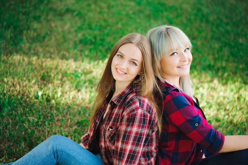 Twee vrienden die buiten glimlachen Levensstijl en mensenconcept stock fotografie