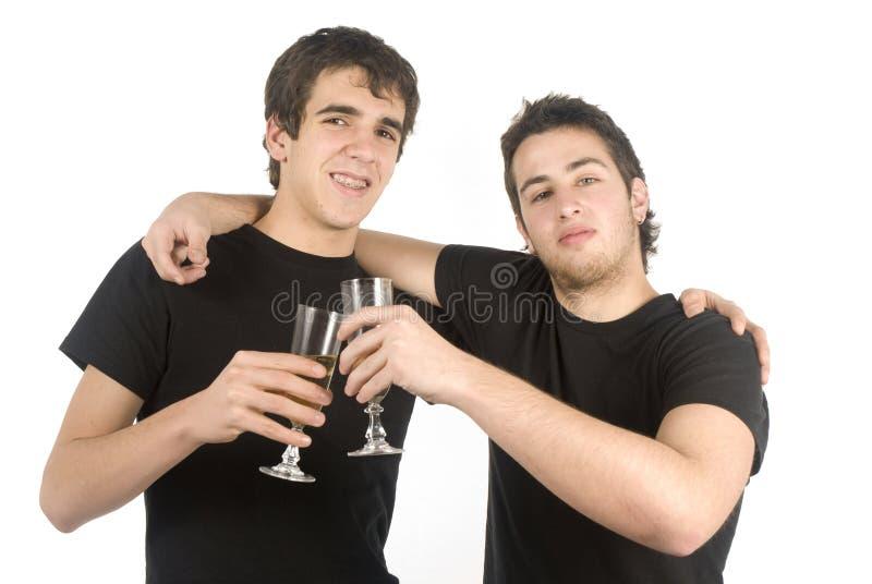 Twee vrienden die champagne drinken stock afbeeldingen