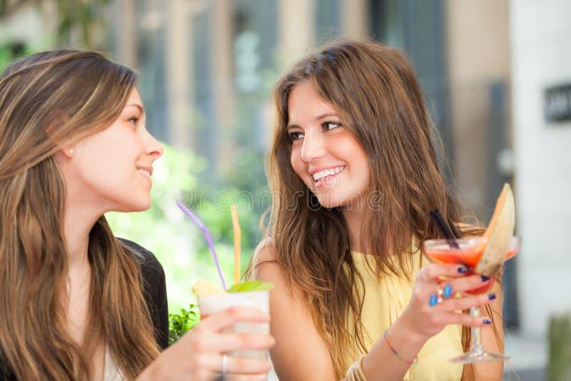 Twee vrienden die een cocktail drinken royalty-vrije stock foto's