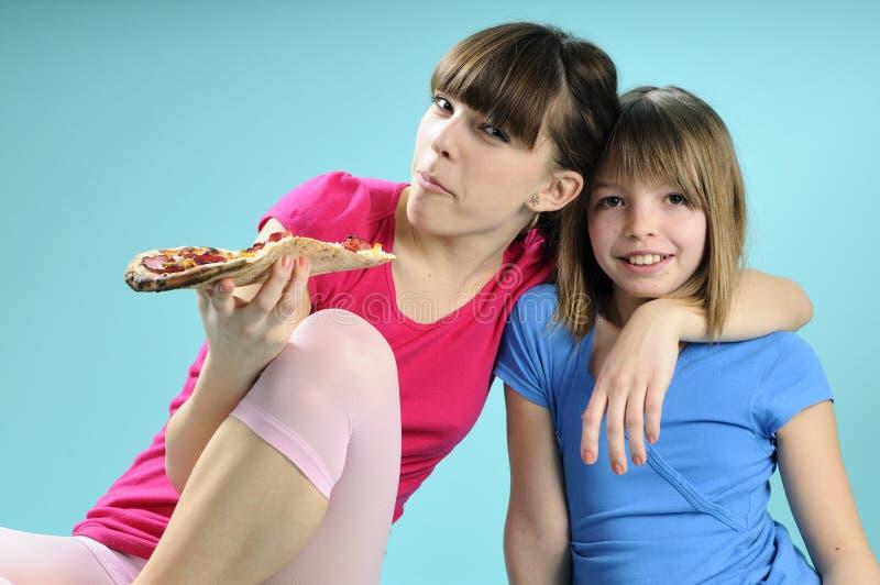 Twee vrienden die fast-food eten stock fotografie
