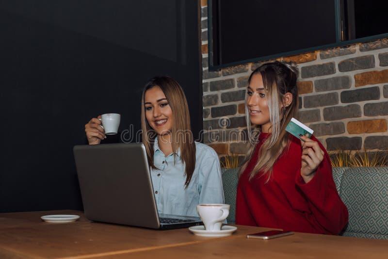 Twee vrienden die online een koffiewinkel inkopen royalty-vrije stock foto