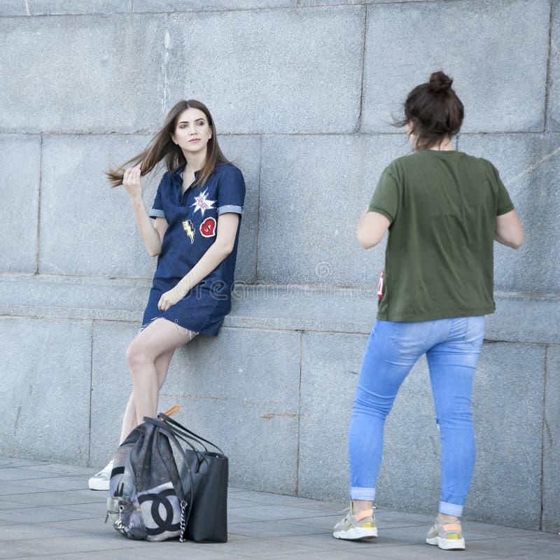 Twee vrienden die samen en beelden van elkaar lopen nemen stock fotografie