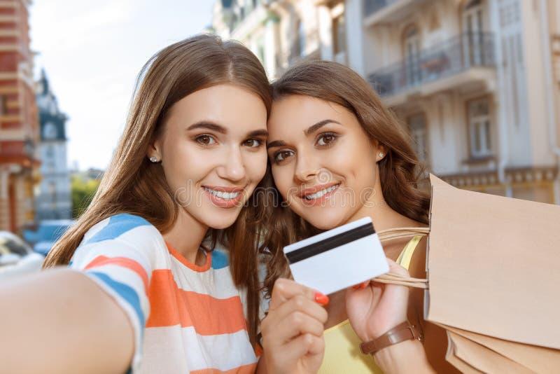 Twee vrienden die selfie met het winkelen zakken doen royalty-vrije stock fotografie