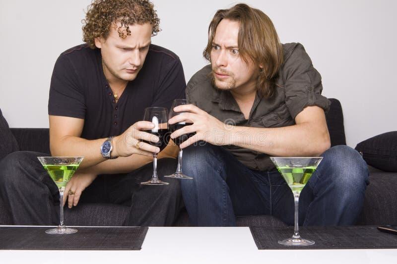 Twee vrienden die thuis drinken royalty-vrije stock afbeeldingen