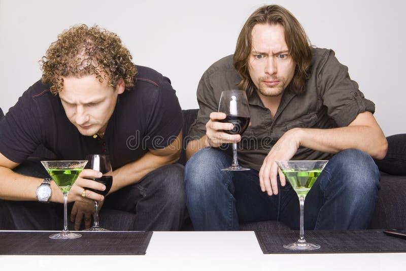 Twee vrienden die thuis drinken royalty-vrije stock fotografie