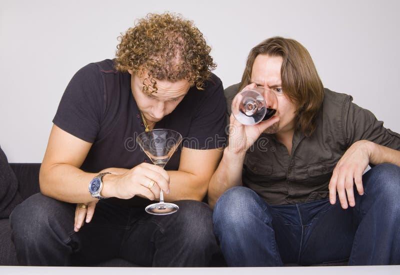 Twee vrienden die thuis drinken royalty-vrije stock foto's