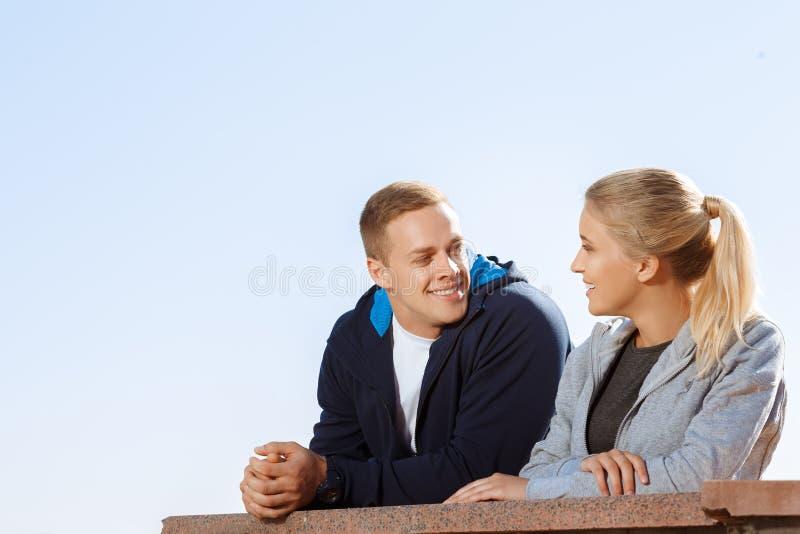 Twee vrienden die tijdens een onderbreking spreken royalty-vrije stock afbeelding