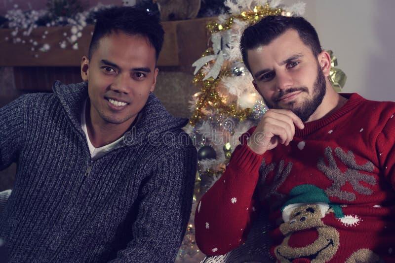 Twee vrienden die voor Kerstmis stellen royalty-vrije stock afbeeldingen