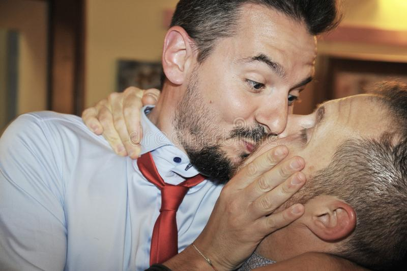 Twee vrienden kussen passionately Vriendschapsconcept of vrolijk paarconcept royalty-vrije stock foto's