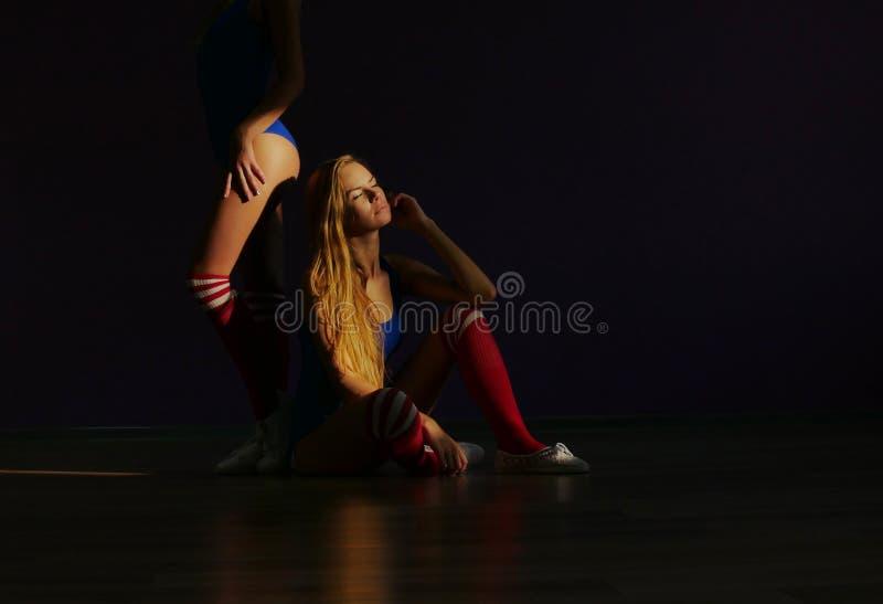 Twee vrienden in sportenzwempakken Meisjesturners of dansers royalty-vrije stock foto's