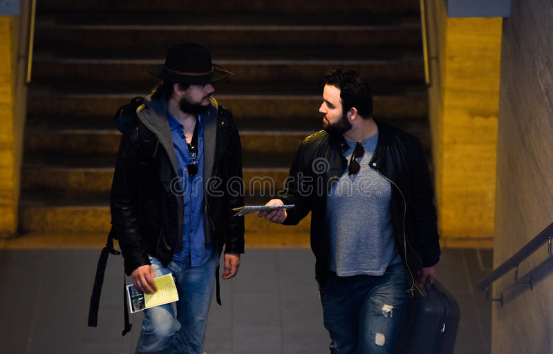 Twee vrienden wachten op de trein die de tunnel overgaan royalty-vrije stock afbeelding