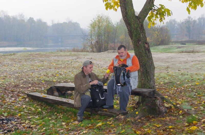 Twee vriendentoeristen die korte rust hebben stock fotografie