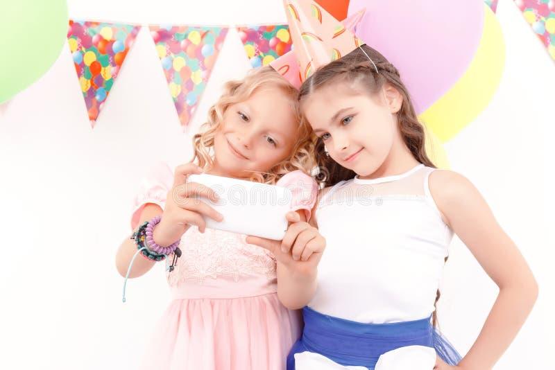 Twee vrij elegante meisjes die selfie doen royalty-vrije stock foto