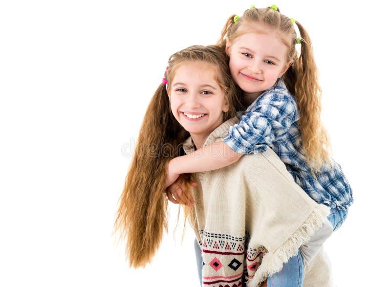 Twee vrij kleine zusters die pret hebben samen royalty-vrije stock foto