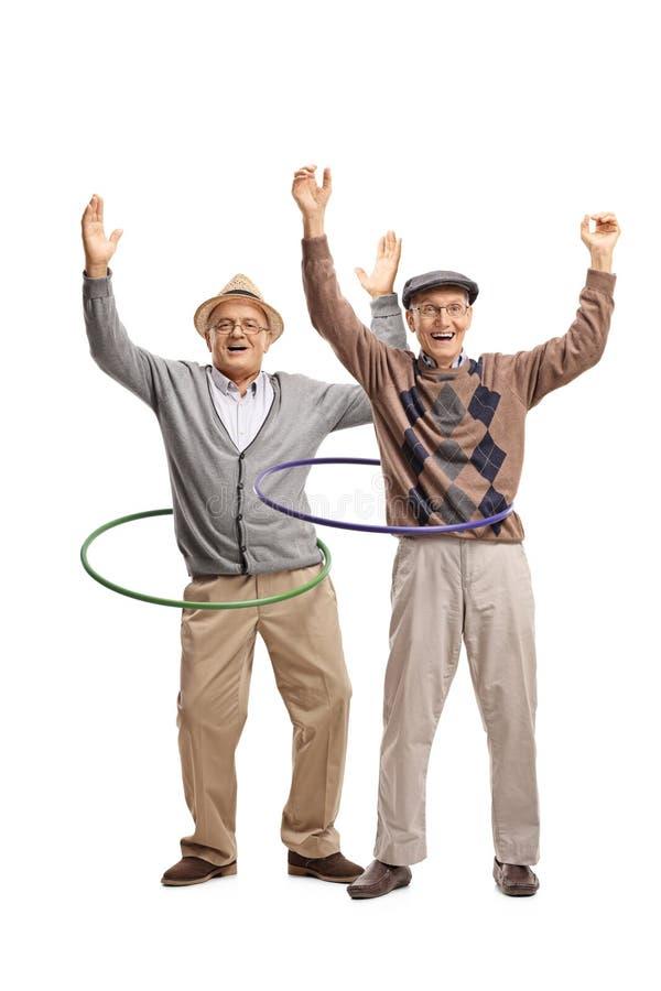 Twee vrolijke bejaarden met hulahoepels royalty-vrije stock fotografie