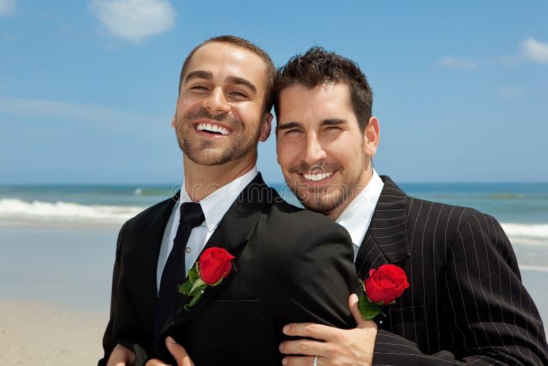 Twee vrolijke bruidegoms