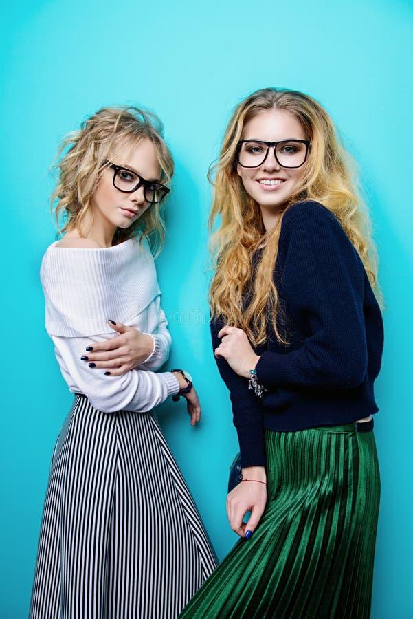 Twee vrolijke meisjes royalty-vrije stock afbeelding