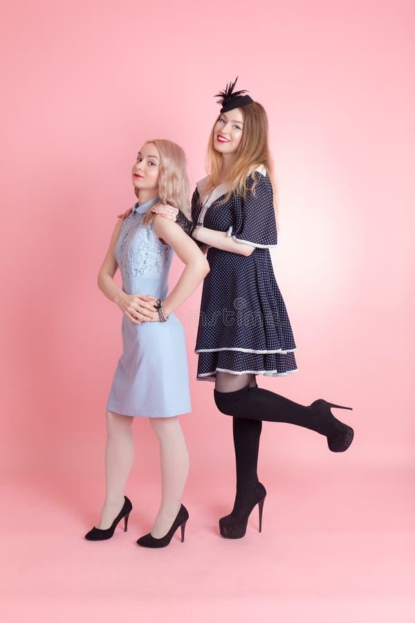 Twee vrolijke meisjes royalty-vrije stock foto