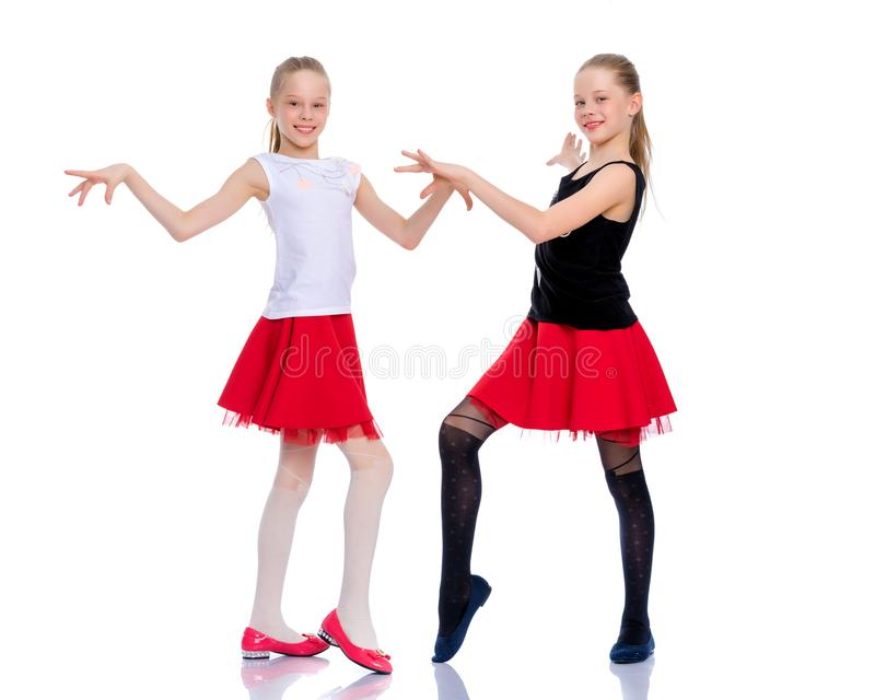 Twee vrolijke meisjes dansen royalty-vrije stock foto's