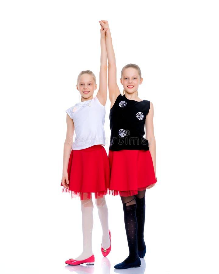 Twee vrolijke meisjes dansen stock fotografie