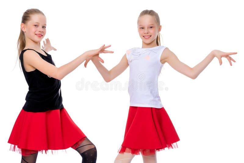 Twee vrolijke meisjes dansen royalty-vrije stock fotografie