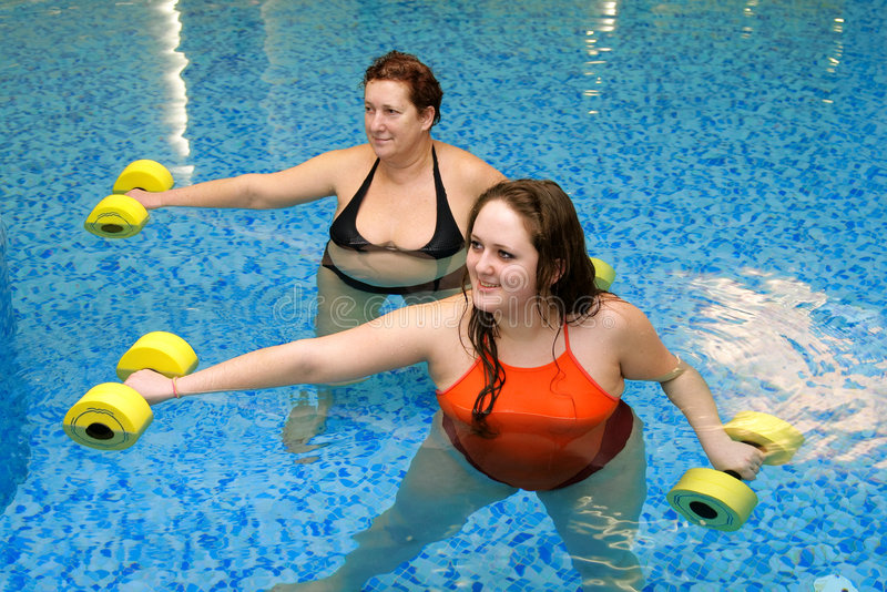 Twee vrouw opleiding in water stock afbeeldingen
