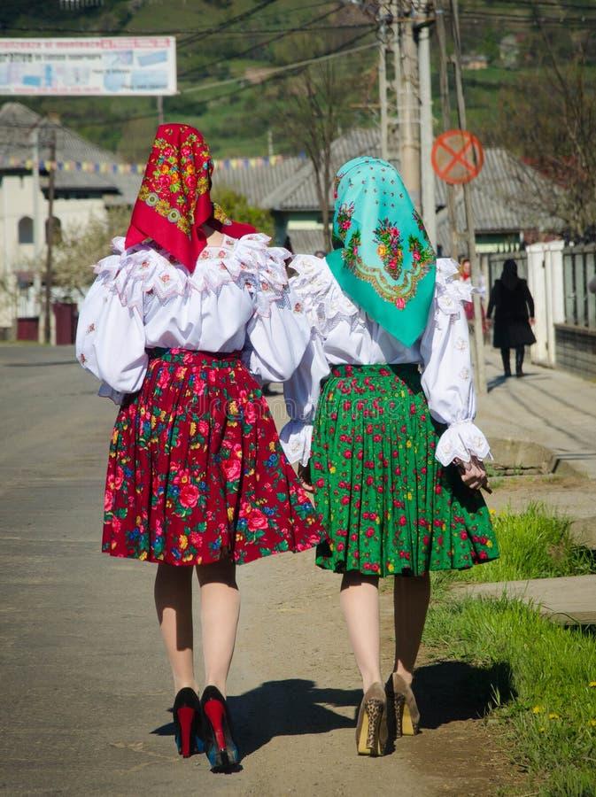 Twee vrouw in traditionele Roemeense kleding in Maramures, Roemenië stock foto