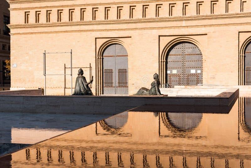 Twee vrouwelijke bronsbeeldhouwwerken in Pilar Square, Zaragoza, Spanje Exemplaarruimte voor tekst stock fotografie