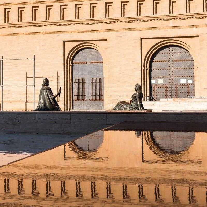 Twee vrouwelijke bronsbeeldhouwwerken in Pilar Square, Zaragoza, Spanje Exemplaarruimte voor tekst royalty-vrije stock afbeeldingen