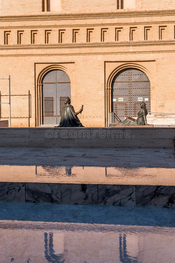 Twee vrouwelijke bronsbeeldhouwwerken in Pilar Square, Zaragoza, Spanje Exemplaarruimte voor tekst verticaal stock afbeeldingen