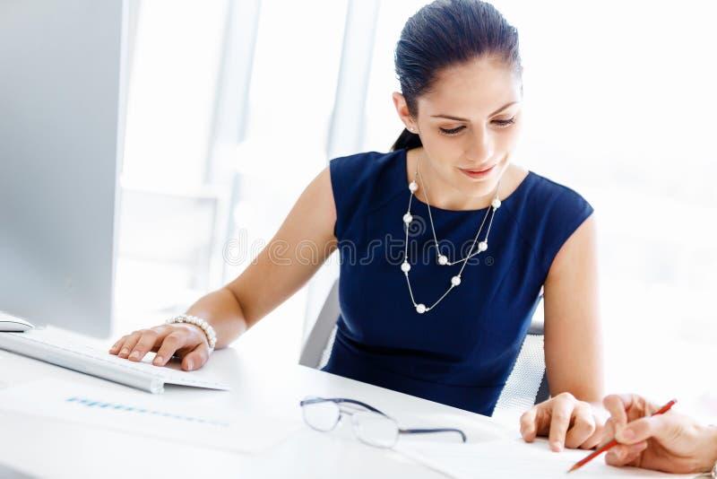Twee vrouwelijke collega's in bureau royalty-vrije stock fotografie