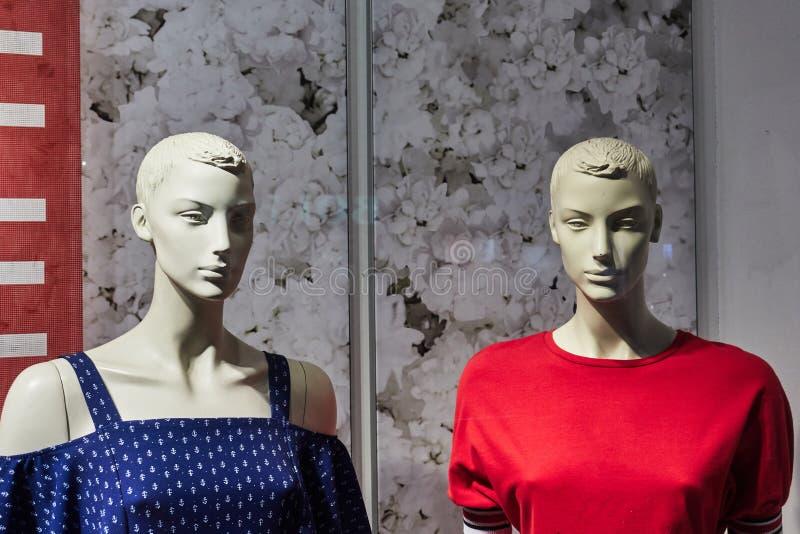 Twee vrouwelijke ledenpoppen in een winkelvenster royalty-vrije stock fotografie