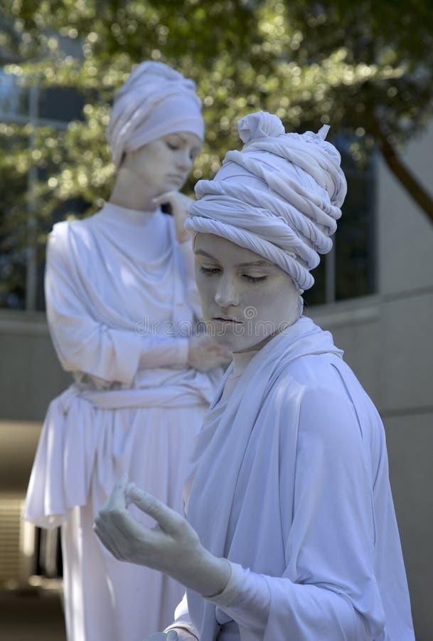 Twee vrouwelijke menselijke beeldhouwwerken die tulbanden dragen royalty-vrije stock foto's