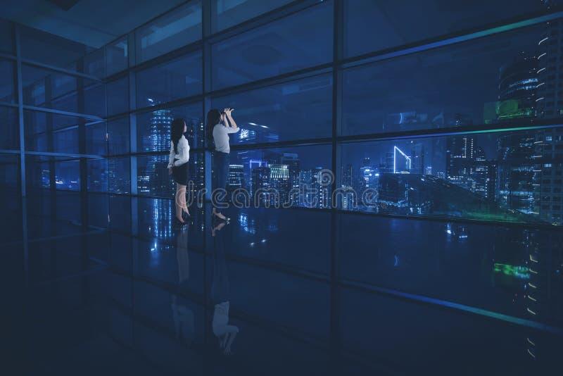 Twee vrouwelijke ondernemers die een stad bekijken stock foto