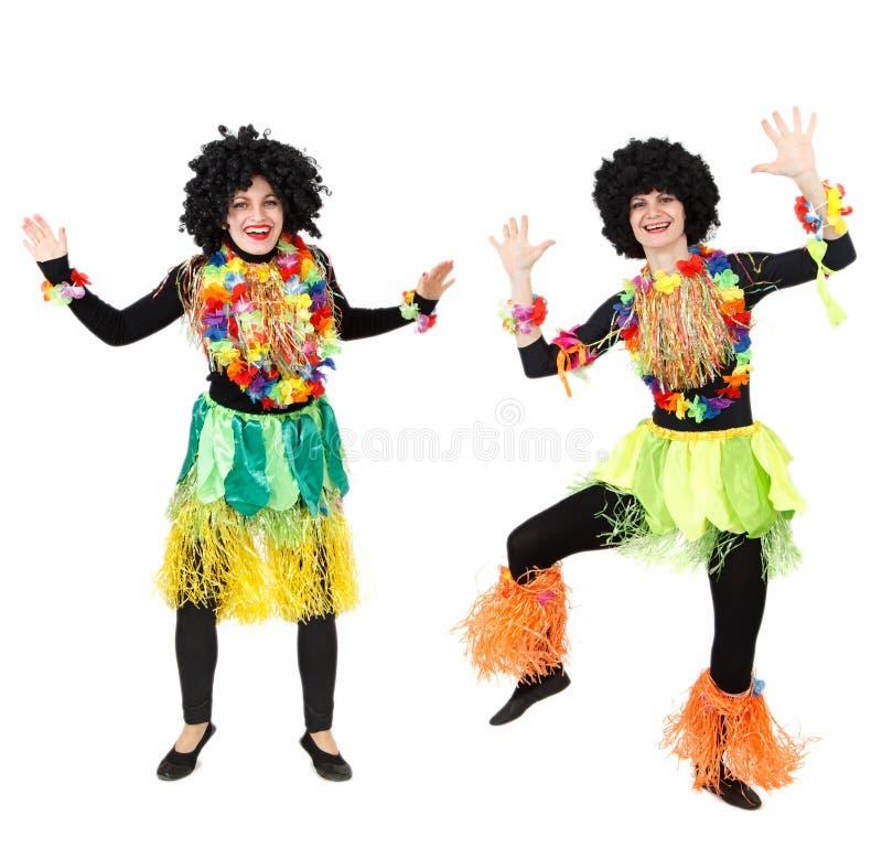Twee vrouwelijke Papuans in het inheemse kostuums geïsoleerd dansen stock afbeelding