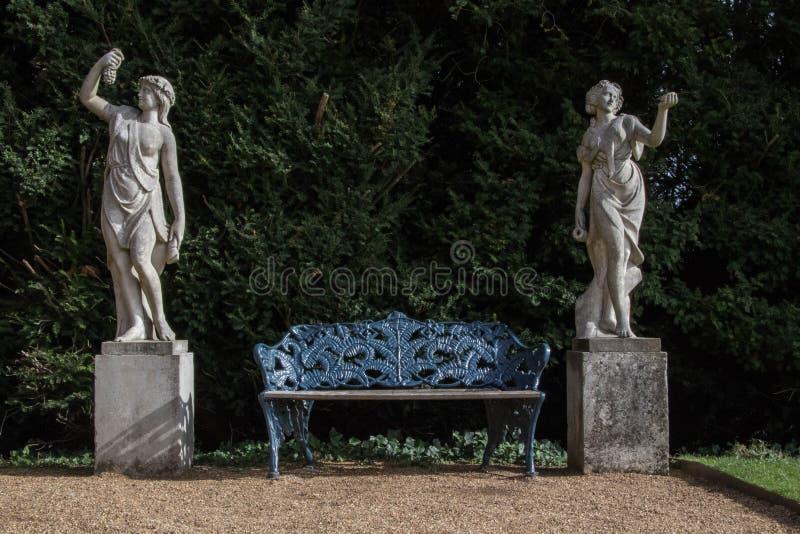 Twee vrouwelijke standbeelden bij Hughenden-Manor, Buckinghamshire stock afbeelding