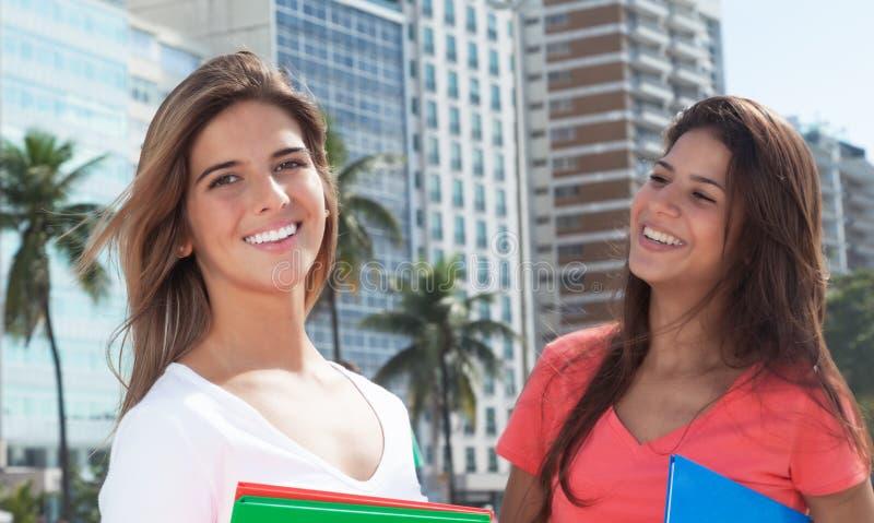 Twee vrouwelijke studenten in de stad stock foto's