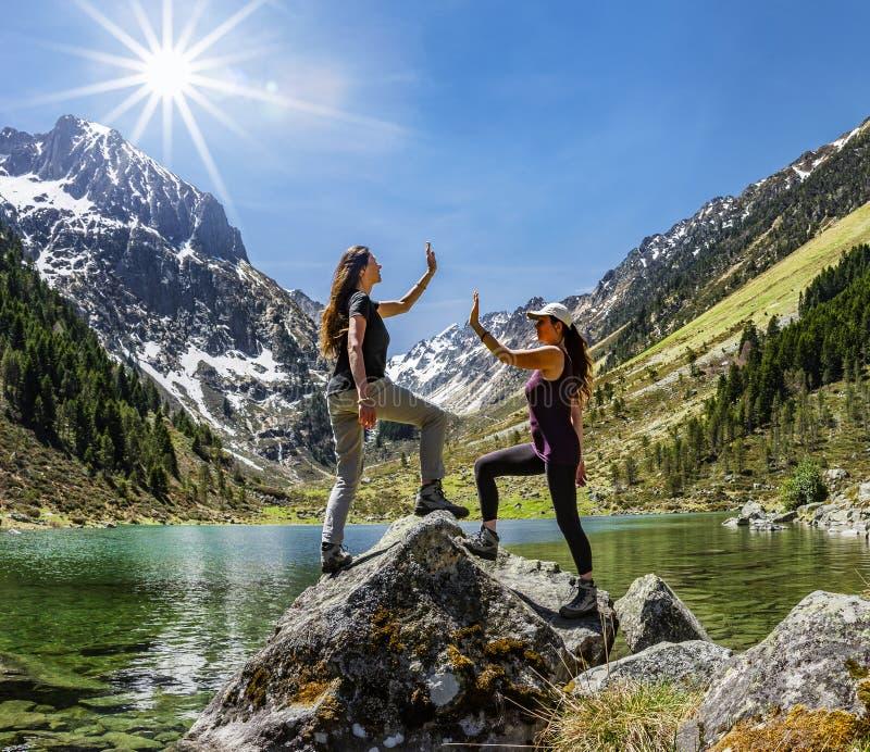 Twee vrouwelijke vrienden die hoogte vijf vieren royalty-vrije stock foto