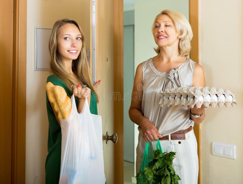 Twee vrouwelijke vrienden die naar huis komen royalty-vrije stock afbeeldingen