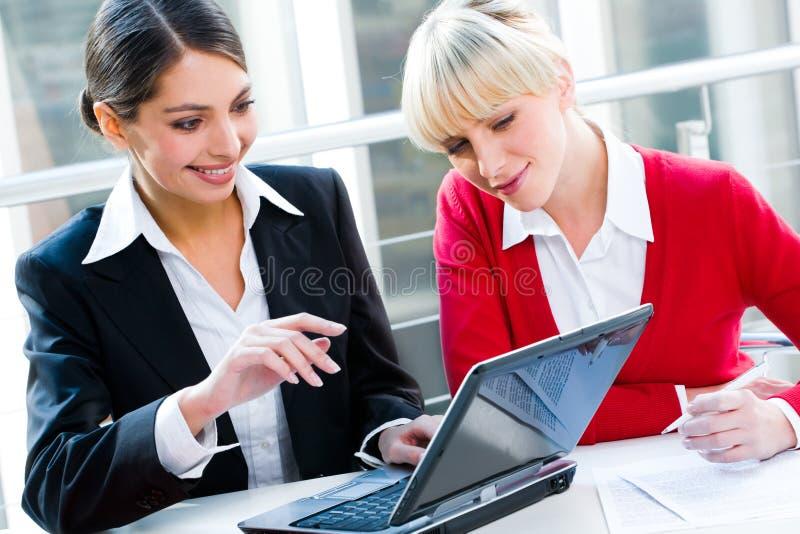 Twee vrouwen stock afbeeldingen