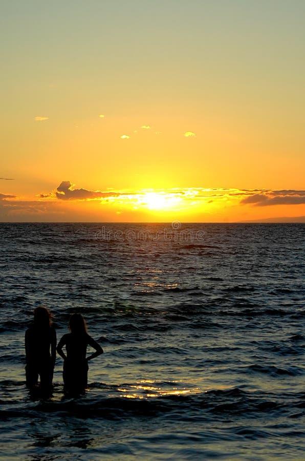 Twee vrouwen bij zonsondergang royalty-vrije stock afbeeldingen
