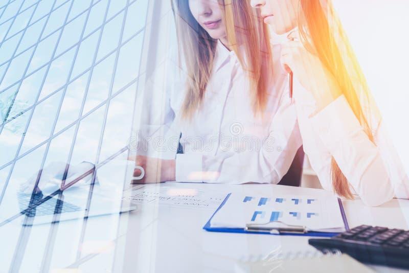 Twee vrouwen in bureau en wolkenkrabber stock foto's