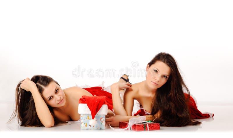 Twee vrouwen in de kleren van Kerstmis stock afbeeldingen