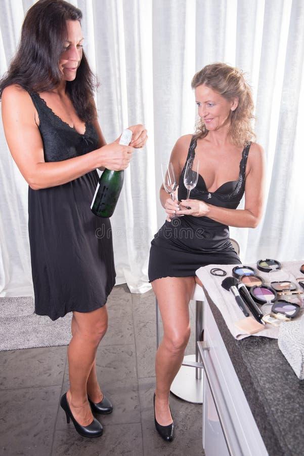 Twee vrouwen die een fles champagne hebben royalty-vrije stock fotografie