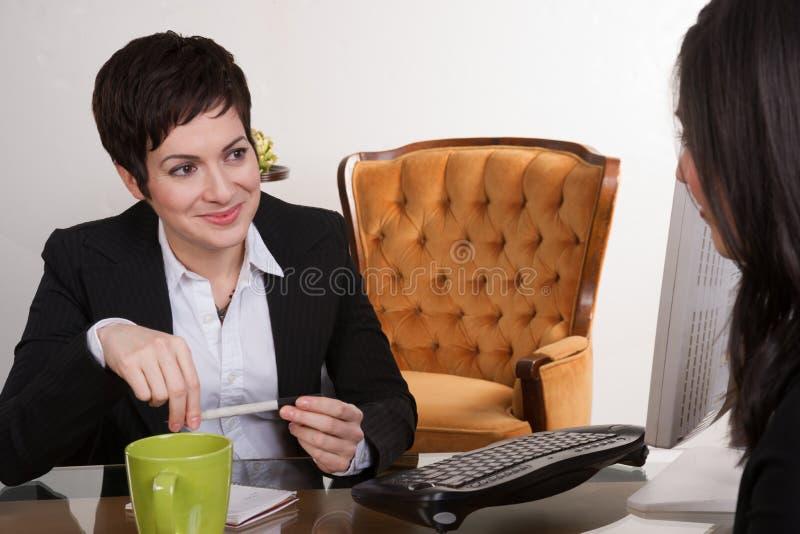 Twee Vrouwen die Job Interview Computer Desk Office leiden stock foto